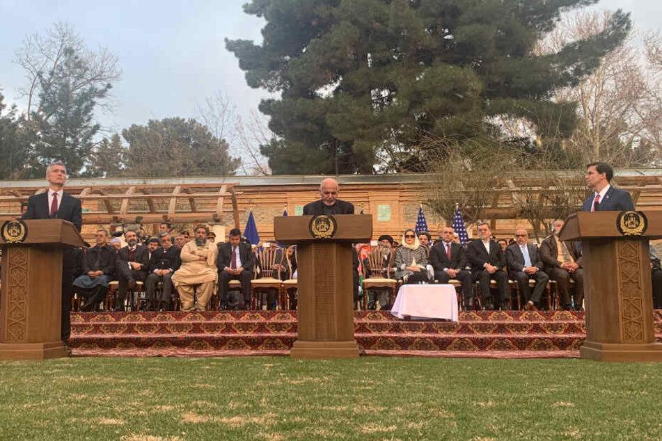Kabul: Ashraf Ghani (M), Präsident von Afghanistan, Mark Esper (r), Verteidigungsminister der USA, und Jens Stoltenberg, NATO-Generalsekretär, sprechen bei einer gemeinsamen Pressekonferenz im Präsidentenpalast.