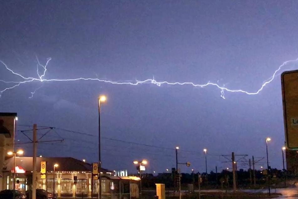 Blitze am Himmel über Dresden. Der Pilot einer Lufthansa-Maschine entschied, hier nicht zu landen.