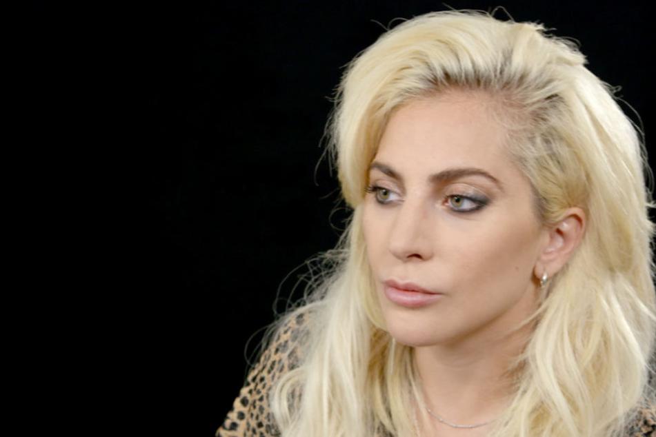 Lady Gaga liegt derzeit mit großen Schmerzen in einem Krankenhaus.