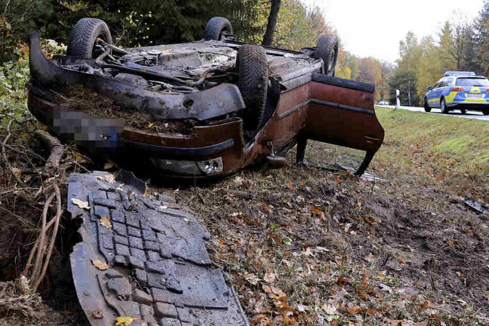 Unfall in Dresdner Heide: VW überschlägt sich mehrfach und landet auf dem Dach