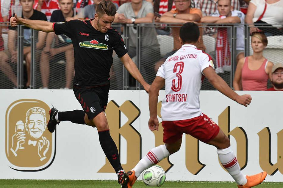 Freiburgs Linksverteidiger Christian Günter mit einem seiner Vorstöße, Energies Rechtsverteidiger Andrej Startsev stellt sich dem ehemaligen deutschen Nationalspieler in den Weg.
