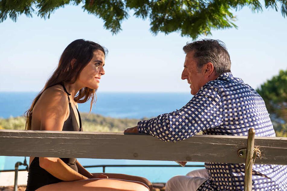 Daniel (r., Daniel Auteuil) fühlt sich stark von Emma (Adriana Ugarte) angezogen.