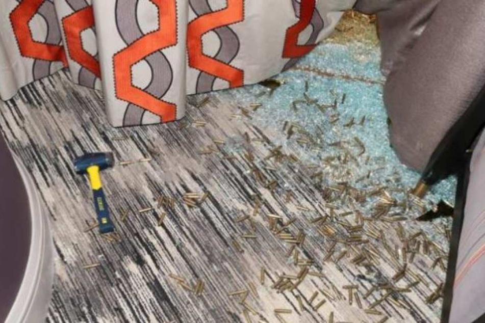 Neben den Patronenhülsen liegt auch der Hammer, mit der Paddock die Scheibe einschlug.