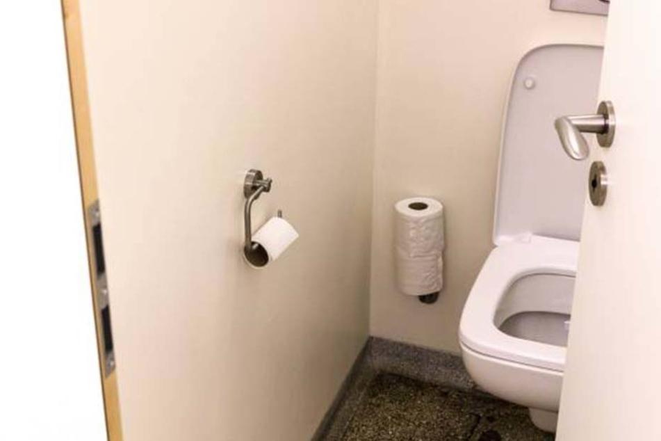 Auf der Schultoilette ging es beim Weihnachtsball angeblich ziemlich rund.