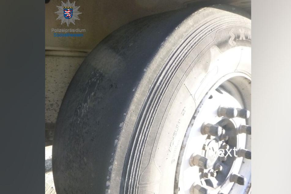 Einer der Reifen des Lastwagens war bis auf das Gewebe abgefahren.