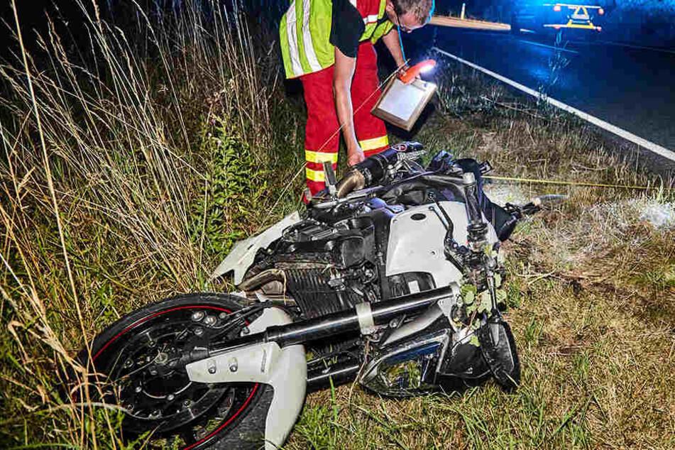 Flog etwas gegen seinen Helm? Biker stürzt bei Überholmanöver und verletzt sich schwer