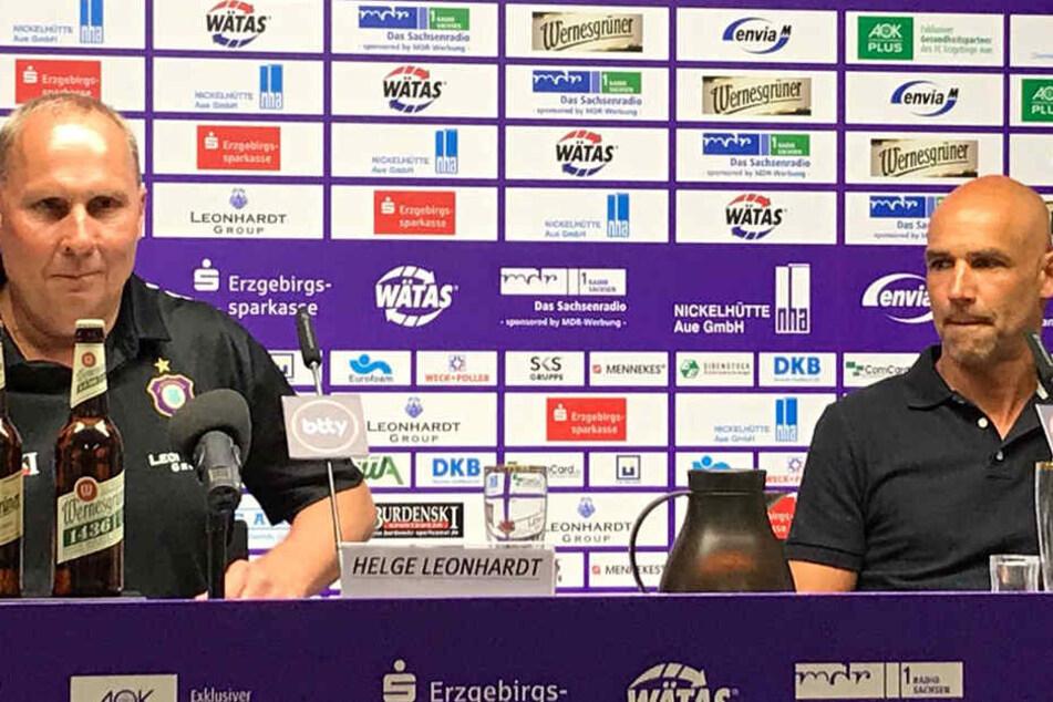 Aue-Präsident Helge Leonhardt (l.) nimmt neben dem neuen Coach Thomas Letsch Platz.