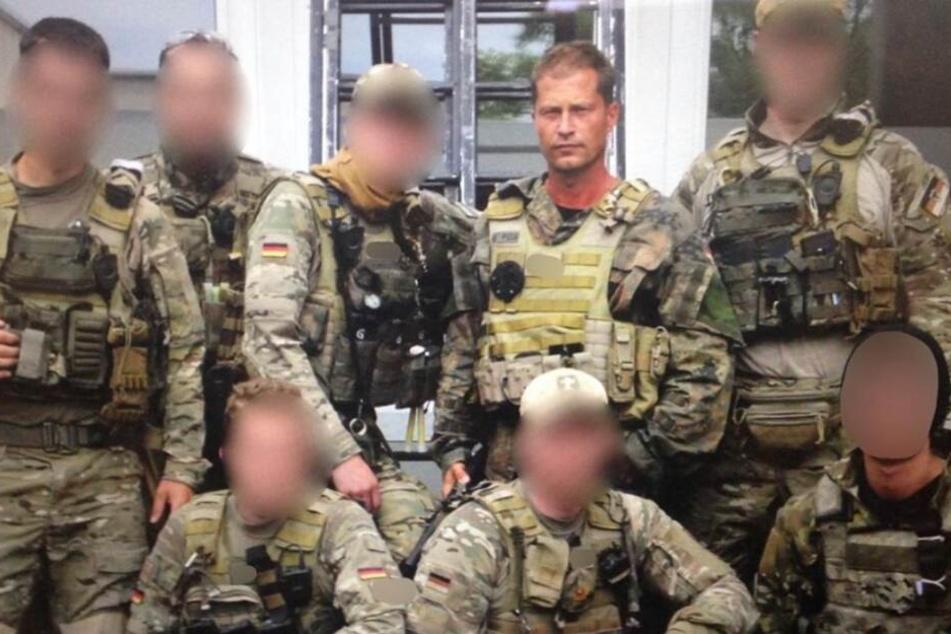 Der Schauspieler posiert mit einer Gruppe Soldaten.