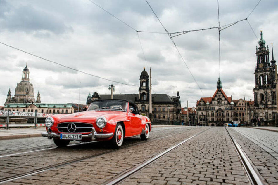 Ein letztes Mal über die Augustusbrücke vor der Traumkulisse: Oldtimer-Fan  Thorsten Wappler (54) rollte stilgemäß im Mercedes 190 SL (Baujahr 1957)  drüber.