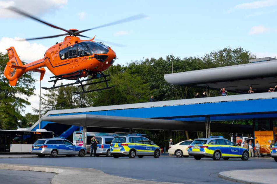 Zahlreiche Polizeifahrzeuge und ein Hubschrauber waren im Einsatz am Billstedt-Center.