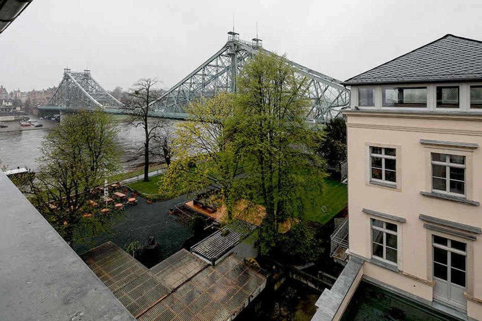 """Bislang hat nur der Biergarten vor dem ehemaligen """"Hotel Demnitz"""" geöffnet.  Künftig soll das Restaurant im Erdgeschoss zum Speisen einladen."""
