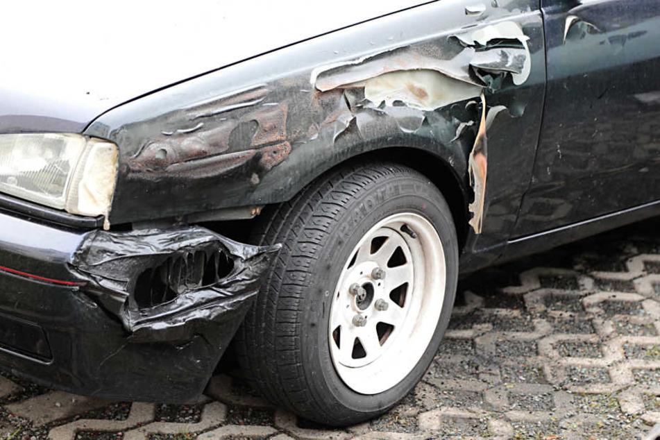 Auch ein daneben geparkter Ford wurde beschädigt.
