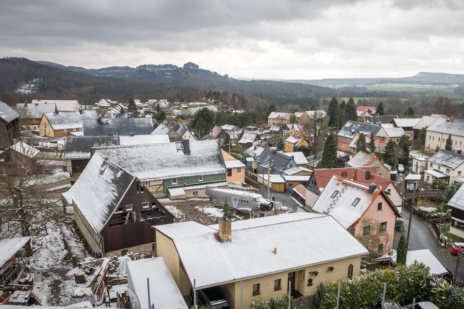 Im Sebnitzer Ortsteil Altendorf steht mitten zwischen den Häuschen eine echte Antonov An-2.