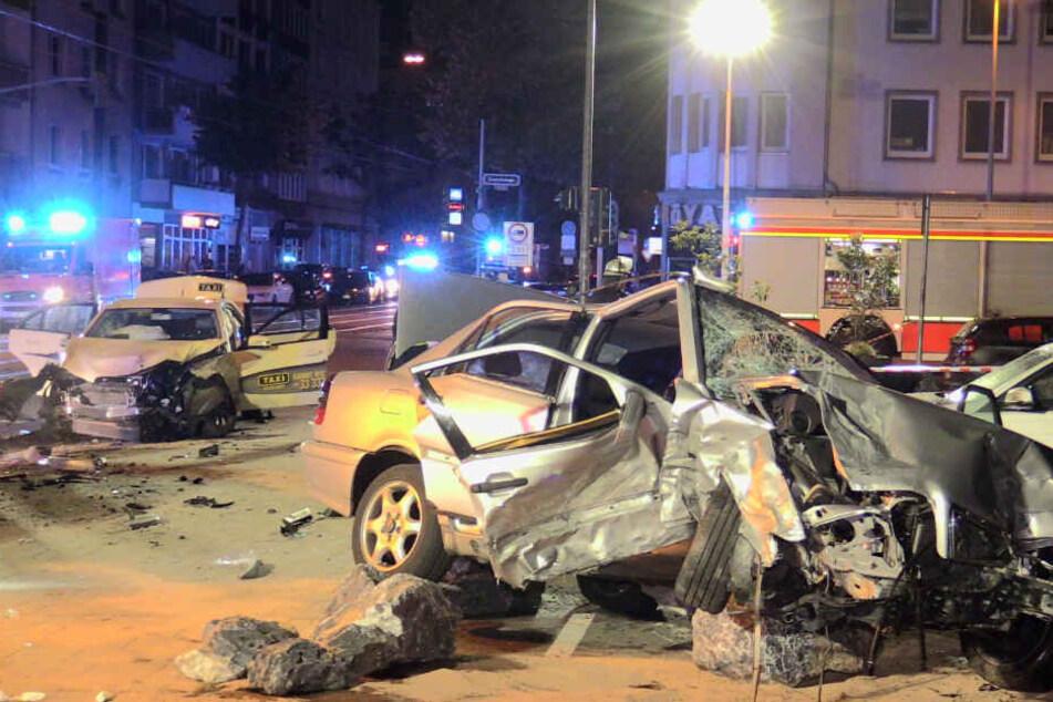 Riesen Trümmerfeld nach Unfall mit Taxi: Fünf Personen zum Teil schwer verletzt