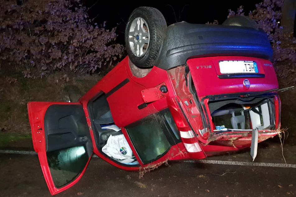 Der Fiat kam bei Glätte von der Straße ab und blieb auf dem Dach liegen.