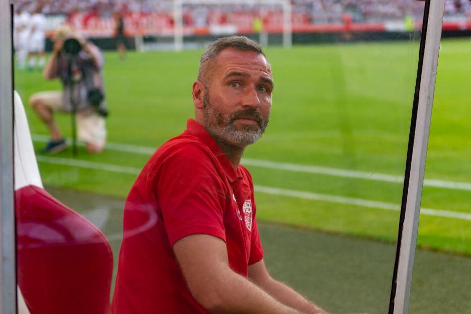 VfB-Trainer Tim Walter sitzt auf der Trainerbank.