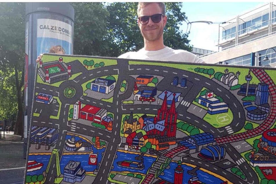 Tobias Kropp zeigt seinen Spielteppich für Köln.