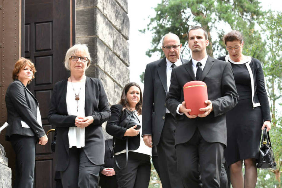 Die Urne von Ina-Maria Federowski wird aus der Halle getragen.