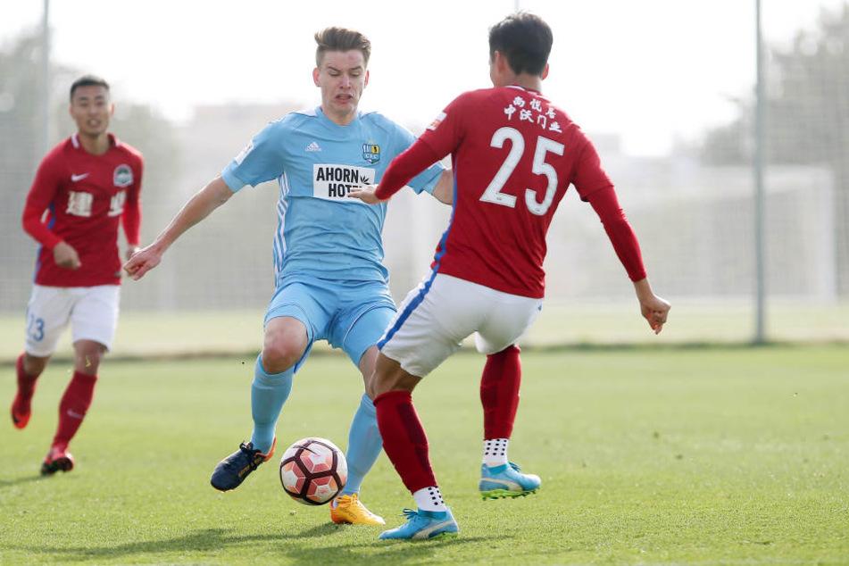 Beim 5:0 gegen Henan Jianye im letzten Camp-Test zeigte sich der CFC spielfreudig. Vor allem Florian Hansch (l., im Duell mit Hao Chen), war blendend aufgelegt.
