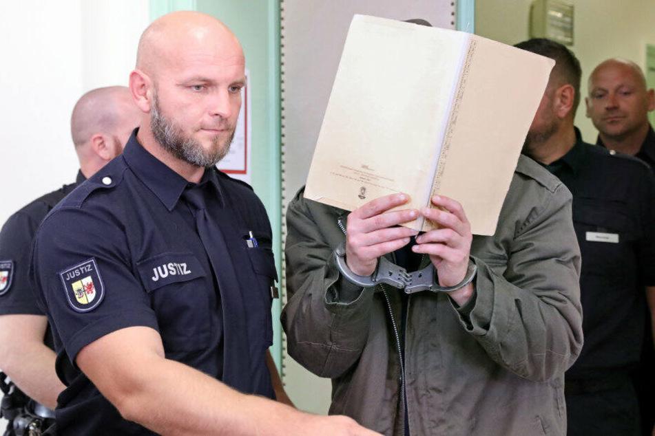 Der Angeklagte wird in den Gerichtssaal geführt.