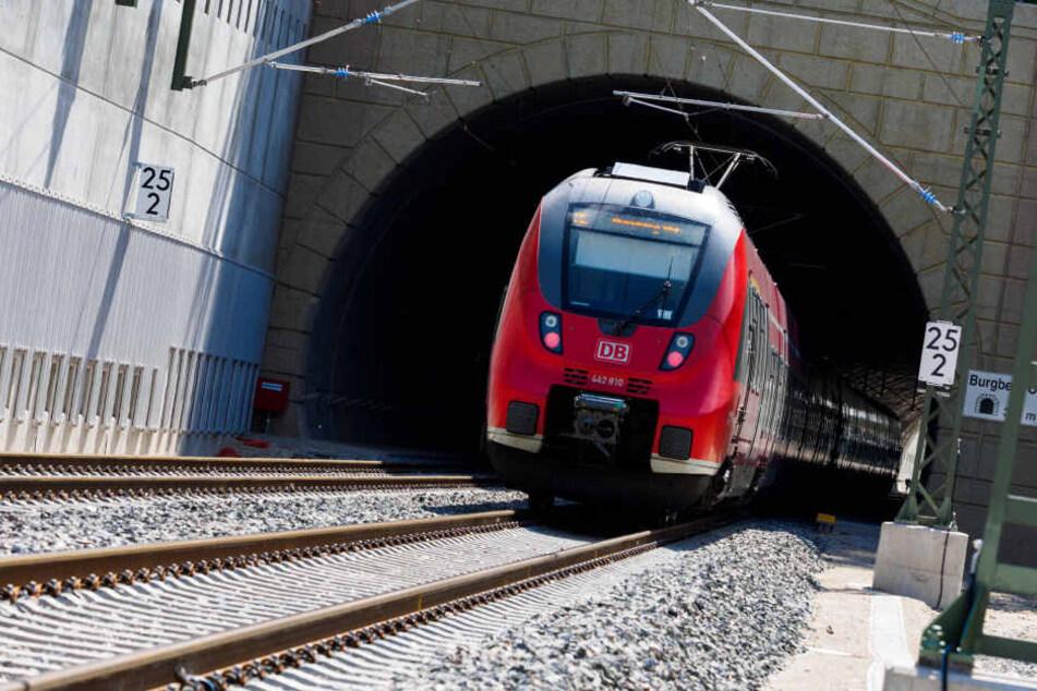 Auf der Strecke zwischen Leipzig und Dresden belästigte der Gesuchte schon mehrere Frauen sexuell.