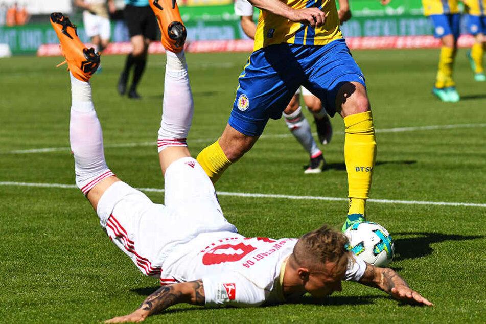 Im Abstiegskampf ging es heiß her: hier hat ein Braunschweiger Ingolstadts Sonny Kittel gelegt. Das brachte nichts, Braunschweig verlor mit 0:2 gegen den FCI.
