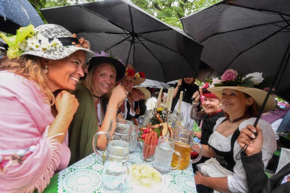 Regenschirme mussten Gwand, Bier und Brotzeit schützen.