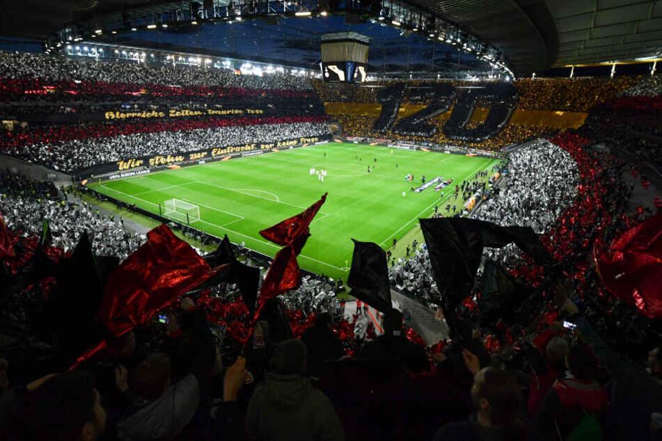 Der helle Wahnsinn: Die Eintracht-Fans sorgten mit einer gigantischen Choreographie für Gänsehaut.