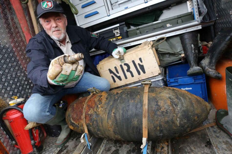 Der Bombenentschärfer Jost Leisten zeigt in Düsseldorf den Zünder einer entschärften Bombe.