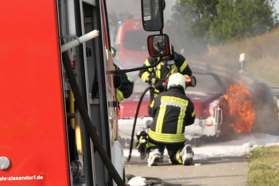 Die Feuerwehr kämpft mit einem Schaumteppich gegen die Flammen.