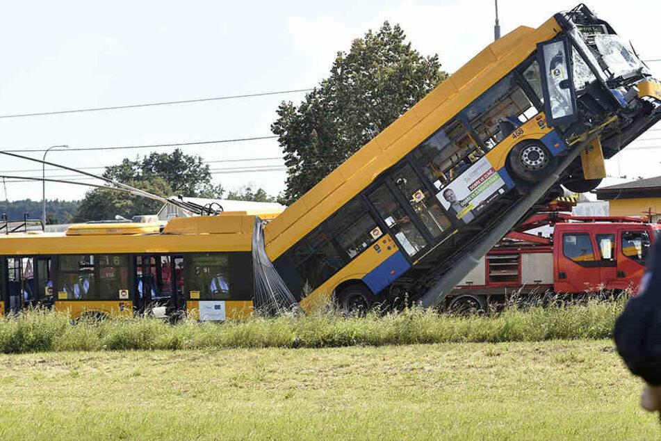 Bus kracht gegen Leitungsmast