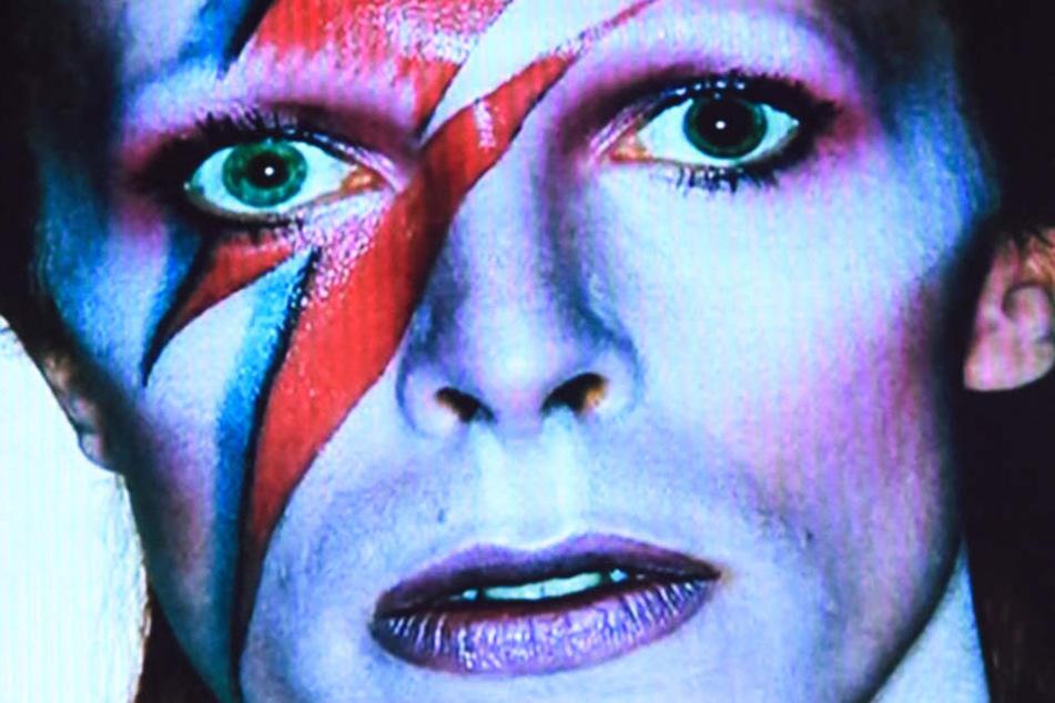 """Der verstorbene Sänger David Bowie bei der 25. Verleihung des Deutschen Musikpreises """"Echo"""" auf einer Leinwand zu sehen."""