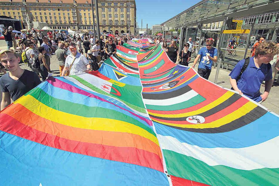 Fahne mit Symbolkraft: In über 70 Ländern drohen Homosexuellen Strafen - bis  hin zur Todesstrafe.