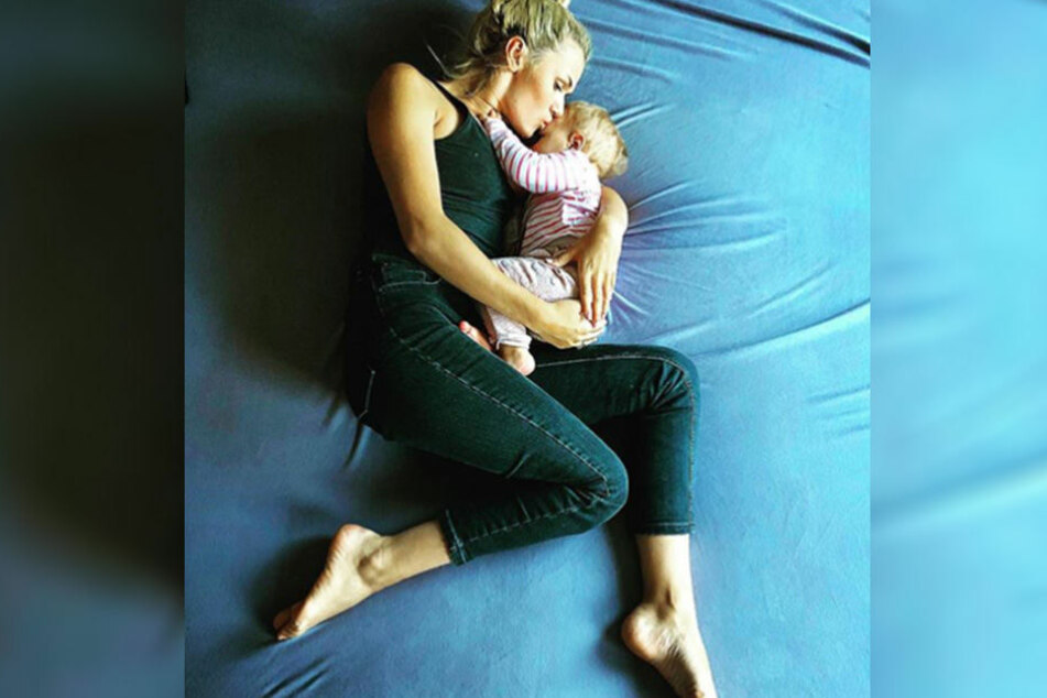 Die 27-Jährige kuschelt jede Nacht mit ihren Töchtern im Familienbett.