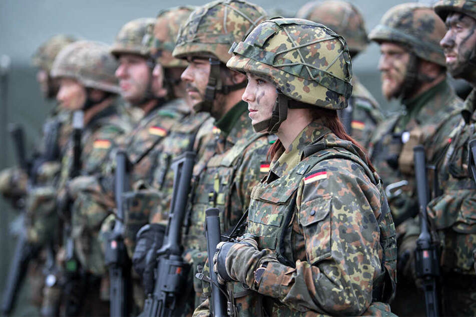 Eine deutsche Bundeswehr-Soldatin steht zusammen mit ihrem Kameraden beim von der Bundeswehr angeführten Nato-Bataillon auf dem Militärstützpunkt im litauischen Rukla.