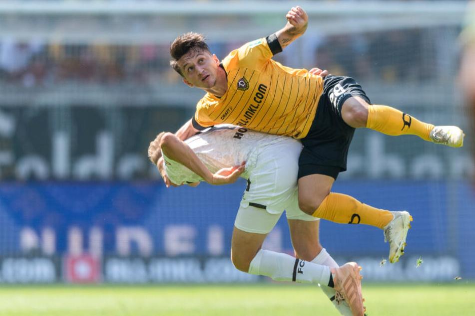 St. Paulis Niklas Hoffmann kämpft mit Dynamos Baris Atik um einen Kopfball.