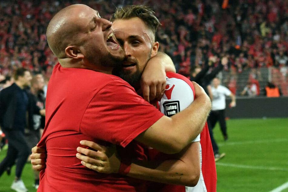 Florian Hübner wird nach dem Schlusspfiff von einem Fan umarmt.
