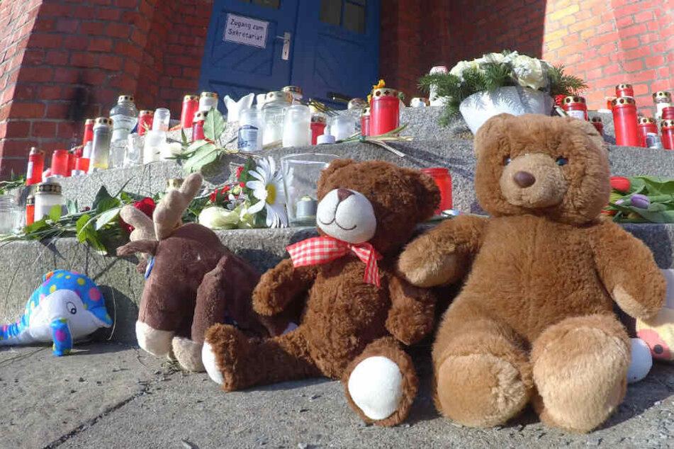 Vor der Schule legen Trauernde Plüschtier, Kerzen und Blumen nieder.