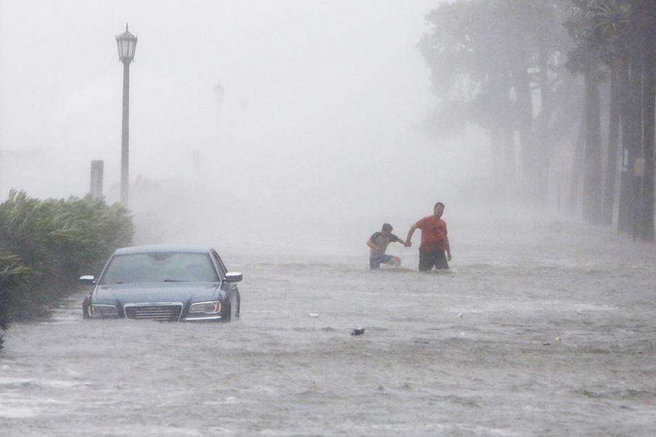 Fußgänger in South Carolina werden von den Wassermassen überrascht.