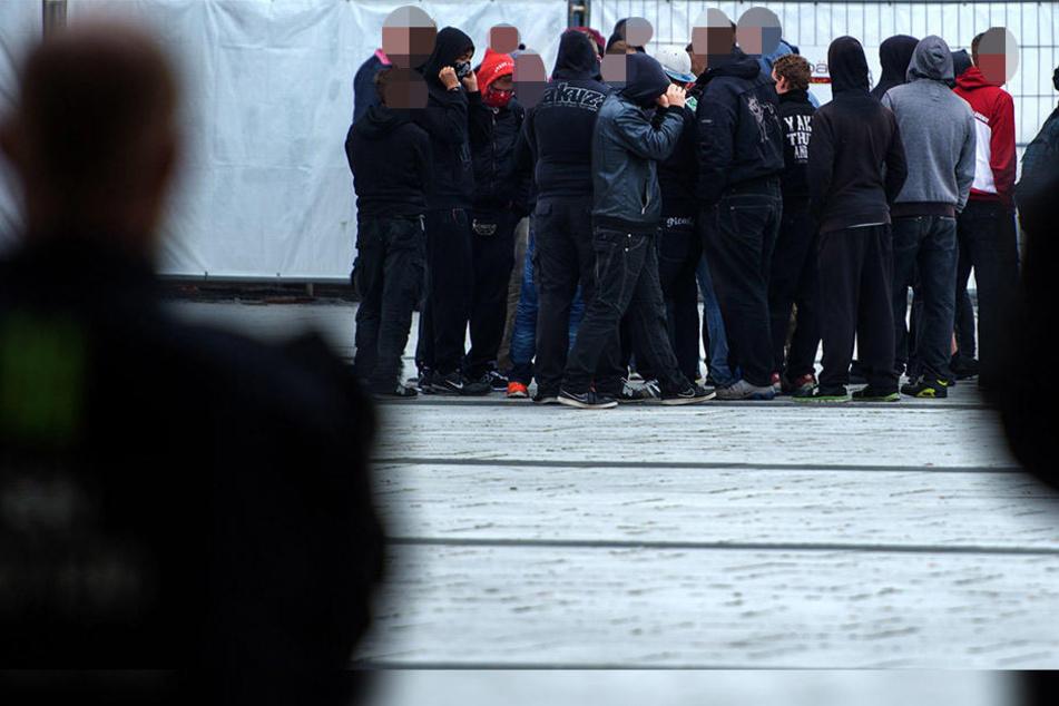 """Eine Gruppe von Jugendlichen ist in der Nacht zu Dienstag mit """"Sieg Heil""""-Rufen und Hitlergruß durch Halle (Saale)  gezogen."""