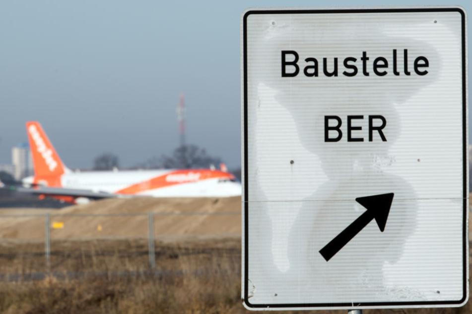 Ein Hinweisschild steht an der Zufahrt zur Baustelle des Hauptstadtflughafens BER.