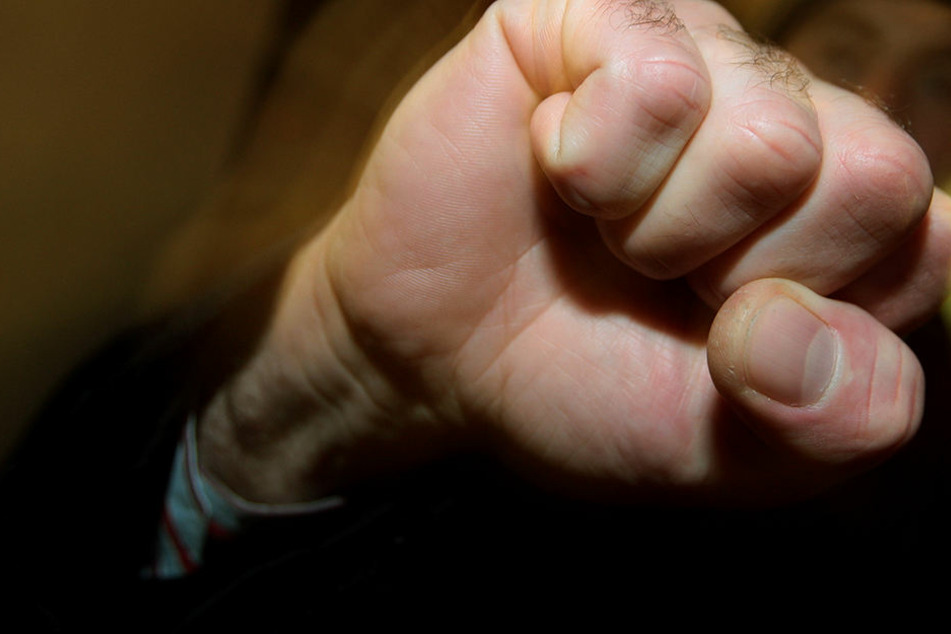 Mehrfache gewalttätige Übergriffe gegen seine Eltern werden dem 26-Jährigen zur Last gelegt.