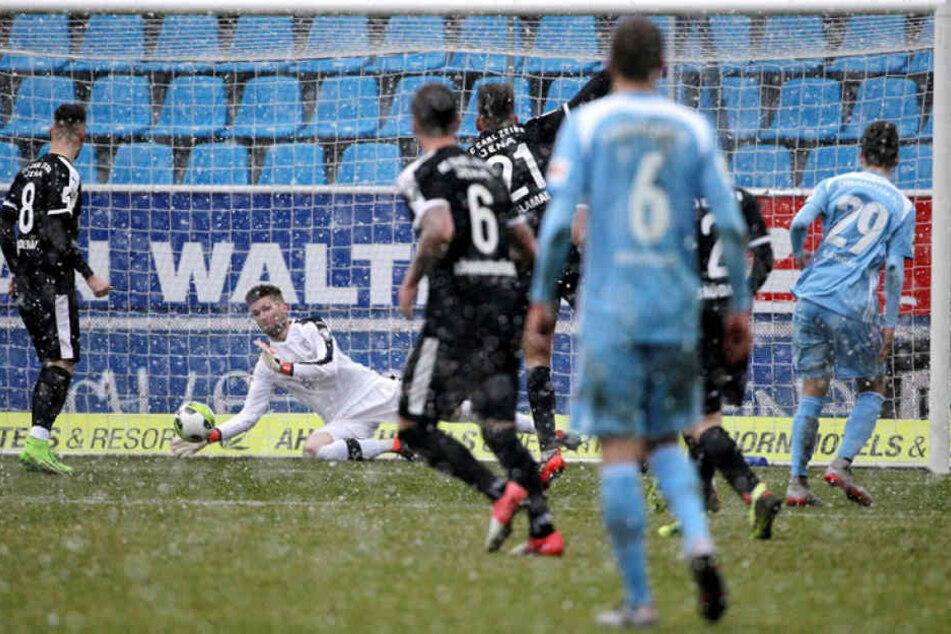 Tom Baumgart (r.) hat abgezogen, Jenas Torhüter Raphael Koczor kann den Ball nicht parieren.