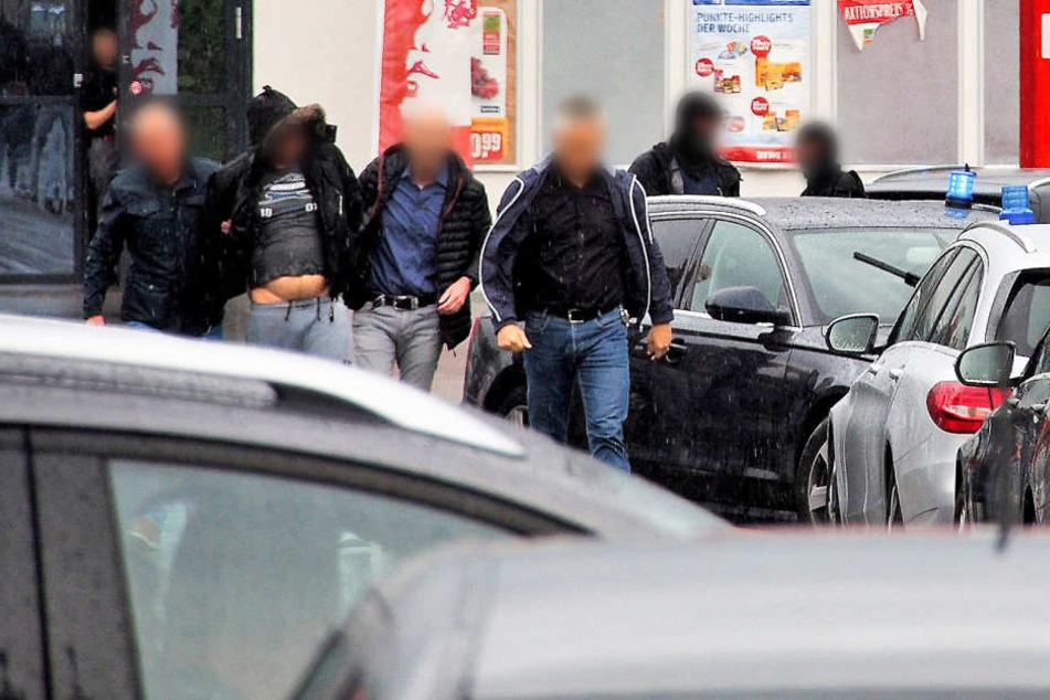Ein Verdächtiger (2.v.l) im Missbrauchsfall in Freiburg wird von Polizisten festgenommen. Den Ermittlungen zufolge hatten die Mutter und ihr Lebensgefährte einen neunjährigen Jungen übers Internet für Vergewaltigungen angeboten. (Archivbild)