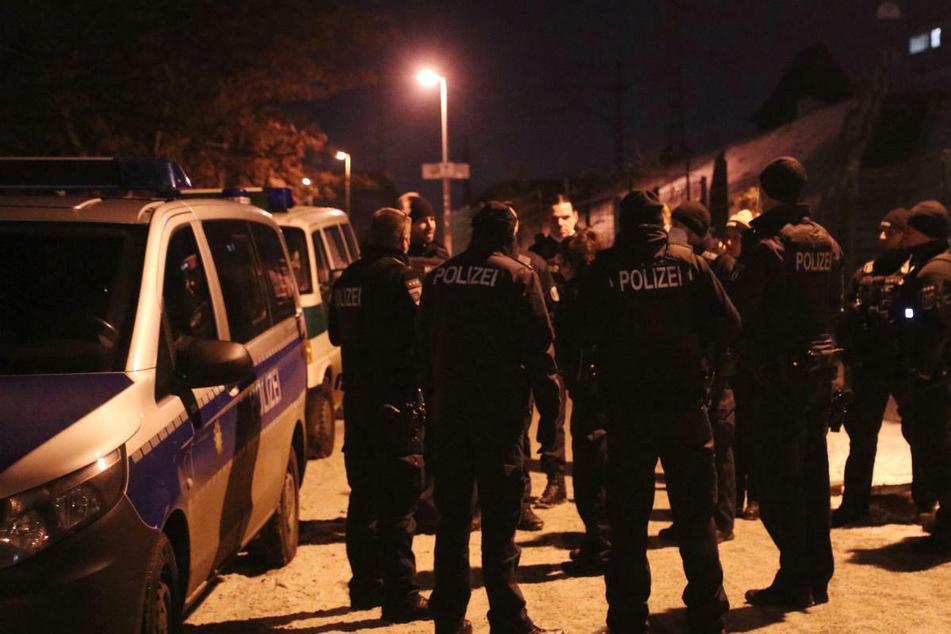 """Ein Großaufgebot der Polizei Berlin sammelt sich für eine Razzia im Club """"Magdalena""""."""
