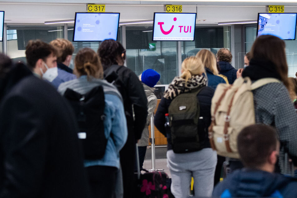 Passagiere stehen am Flughafen Hannover am Check-Inn für einen Tuifly Flug nach Palma de Mallorca. (Archivbild)