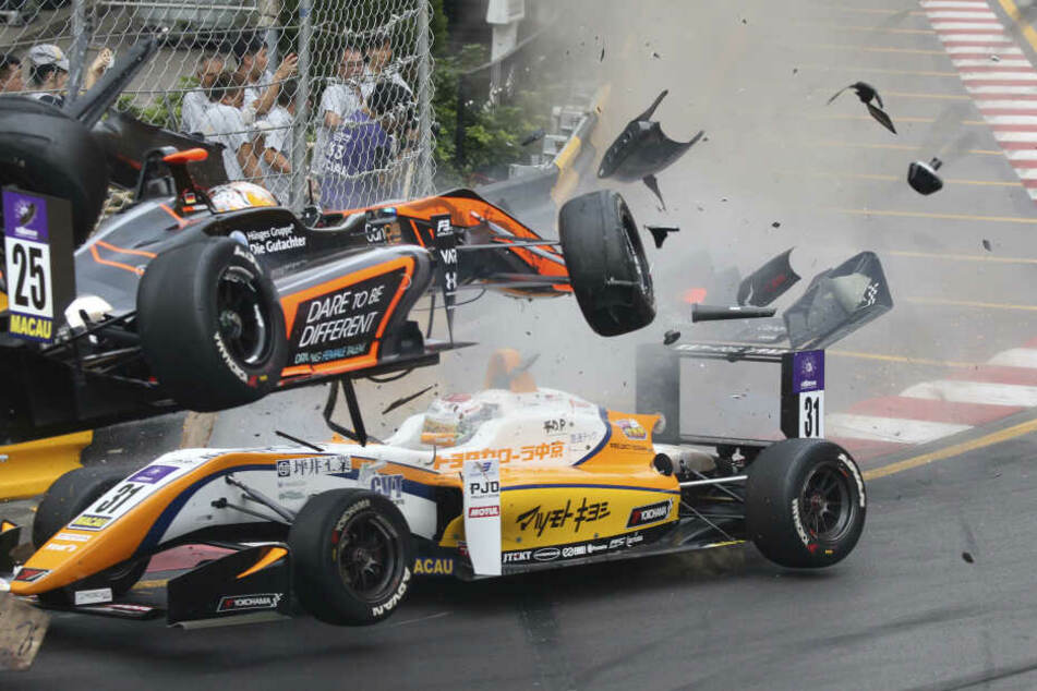 Sophia Flörsch (oben) fliegt nach einem Zusammenstoß mit dem Fahrzeug eines anderen Fahrers über den Rennwagen von Sho Tsuboi, Rennfahrer aus Japan, mit hoher Geschwindigkeit in die Streckenbegrenzung.