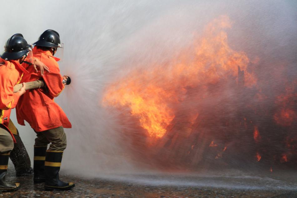 Bei dem Brand wurde der Mann schwer verletzt und sein Haus war nicht mehr zu retten. (Symbolbild)