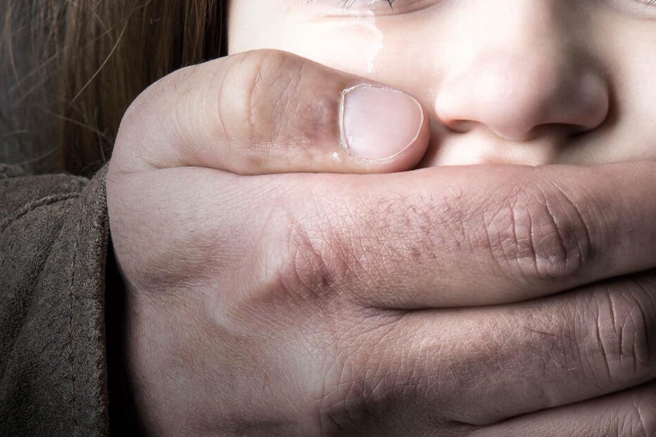 Der Mann hielt dem Mädchen den Mund zu und wollte sie wegzerren (Symbolbild).