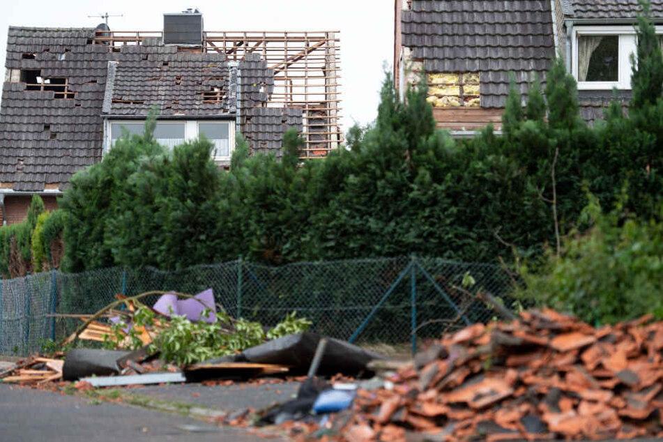Der Tornado hatte etliche Häuser stark beschädigt.